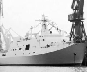 """中国人民解放军海军命名的""""井冈山""""舰在上海市浦东举行了隆重的下水仪式"""