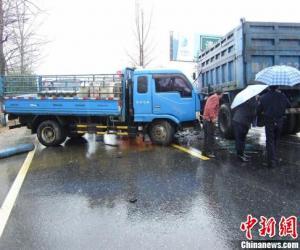 江西安福两货车相撞 车载60瓶乙炔险酿悲剧