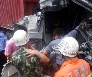 货车撞塌楼房两人被埋 事发105国道泰和县路段
