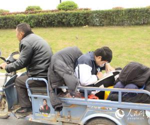 江西少年三轮车上顶风苦读网友:你努力的样子真美!