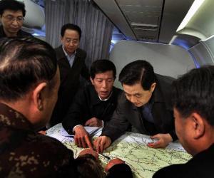 党中央领导抗震救灾纪实:同人民在一起