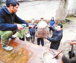 峡江县巴邱镇干部帮助蒋沙村群众转移