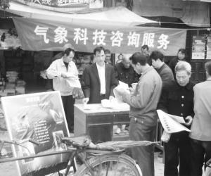 永新县气象局科技人员在埠前镇小屋岭村开展咨询服务
